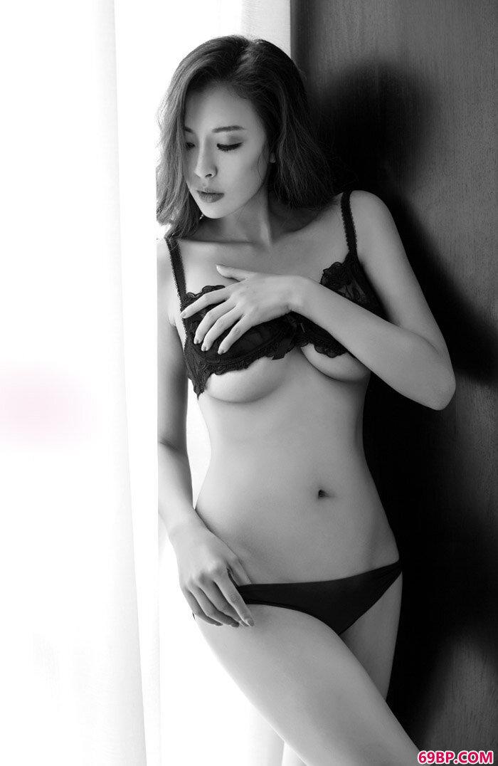 美丽靓妹曾晨越居尤果裸模头牌