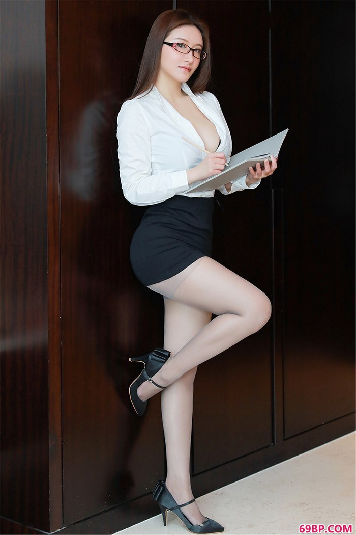 麻辣教师任莹樱丰乳肥臀领口大开_张曦照片
