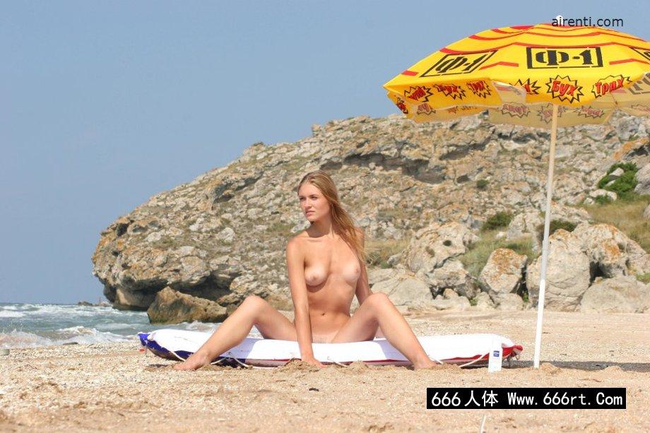 外拍海滩上性感的金发妹子嫩模Alaina