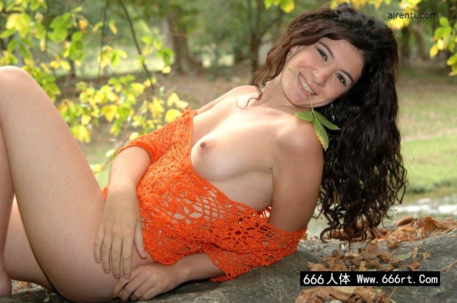 外拍大石头上的南美洲人体名模Azul,人体艺术沟沟全裸露私处