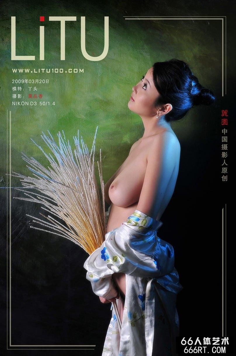 大胆女人人体_丰满名模丫头09年3月20日室拍人体