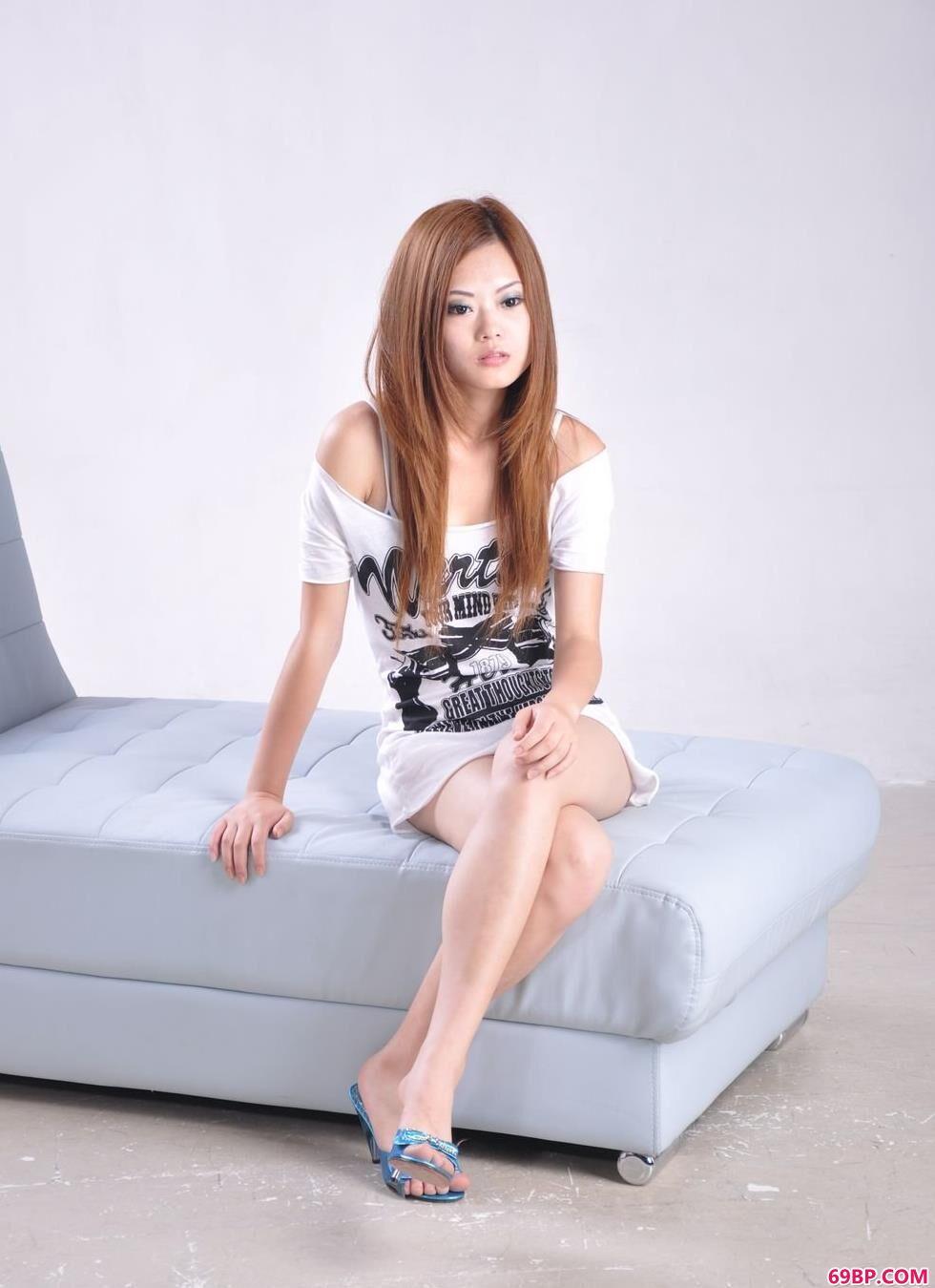 中国露脸偷拍vedio_名模小雅房间沙发上的清纯人体