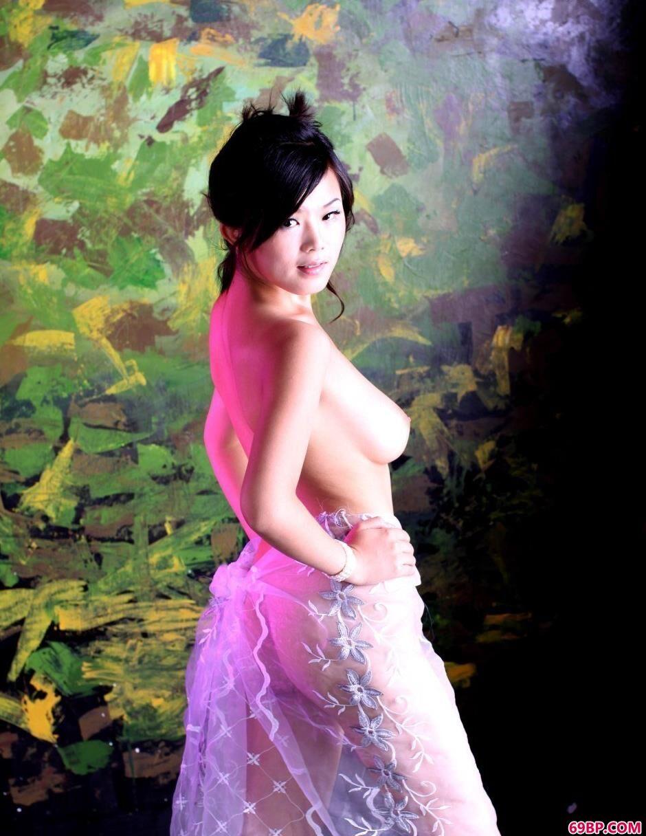 美模可馨迷彩墙面前的纱巾美体1