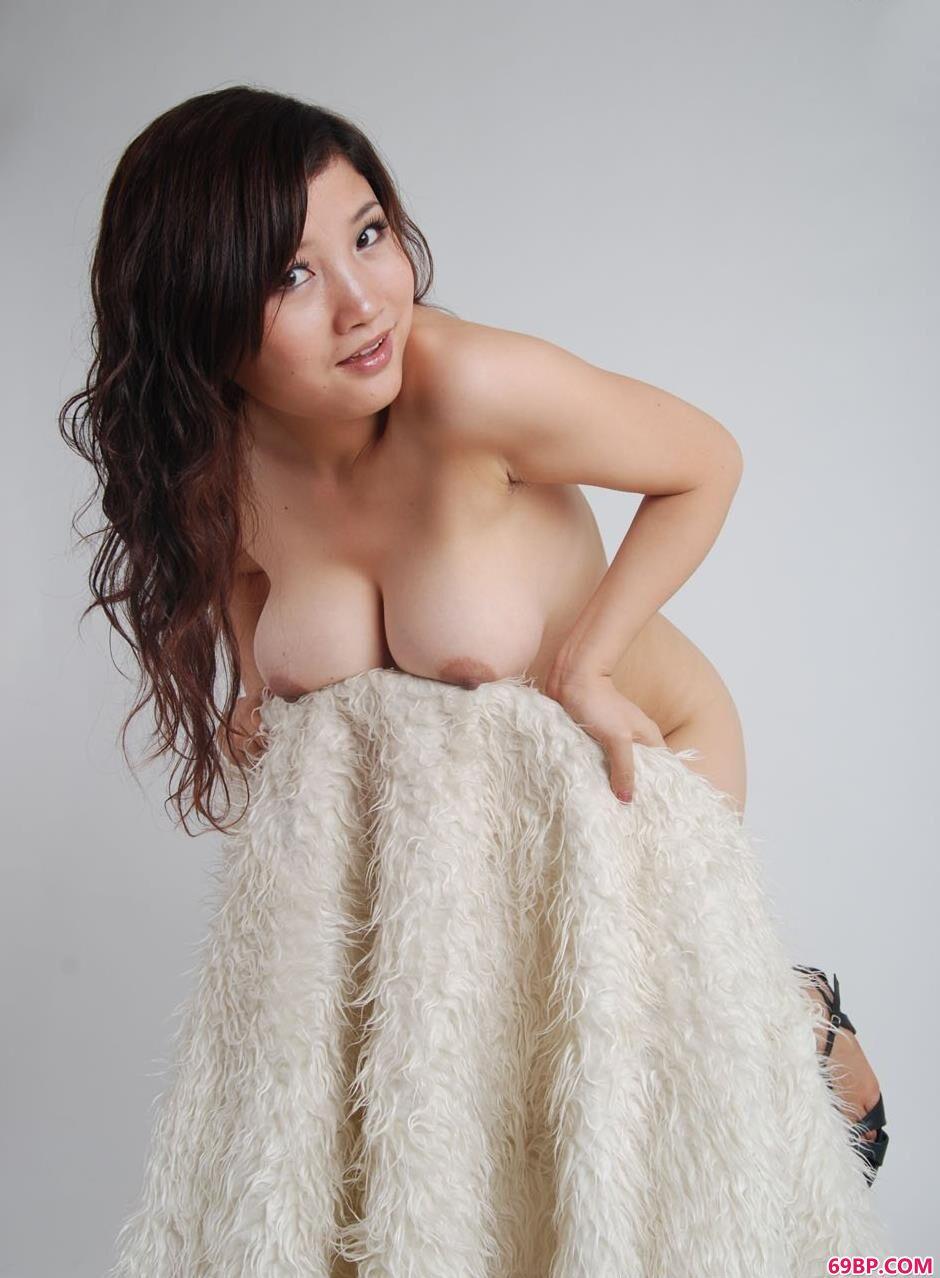 嫩模含嫣羊毛毯上的丰腴美体1