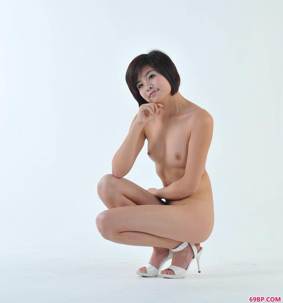 正撅着她肥白的大屁股_美人菲林图片棚里的娇嫩人体2