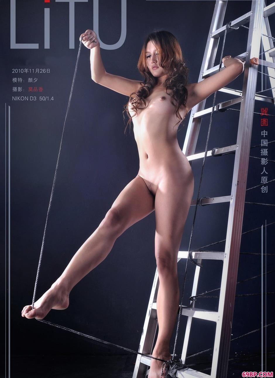 超模颜夕爬梯上的钢丝人体