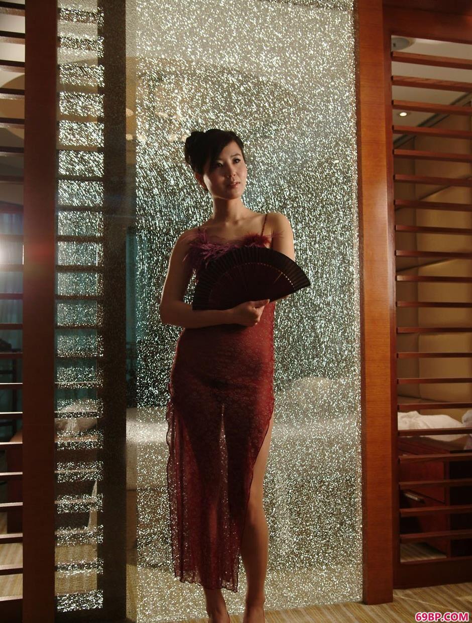 靓妹天虹在碎花玻璃门前的美丽身材