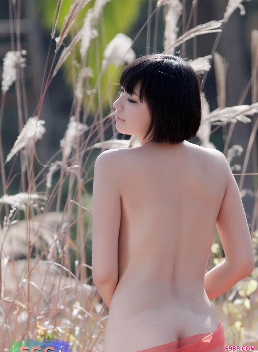 靓女明美野外枯草丛中的白嫩美体