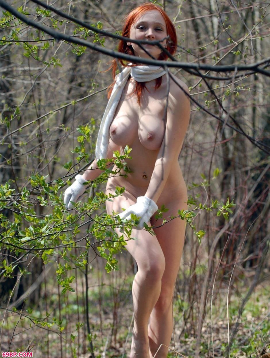超模Katya树枝下的乖巧人体