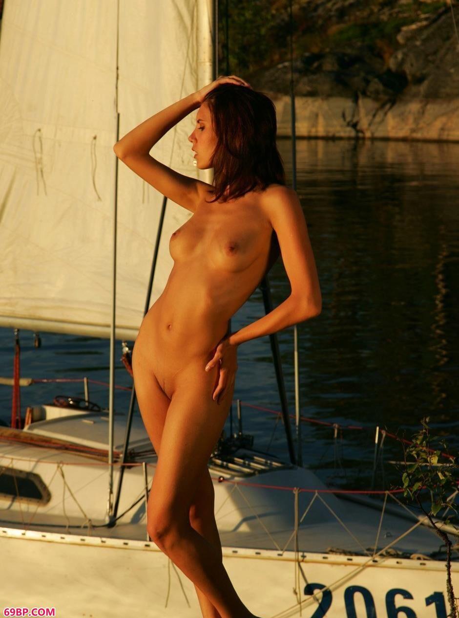 名模贝尔卡河边帆船边的性感人体1_日本大胆人mm体图片大全