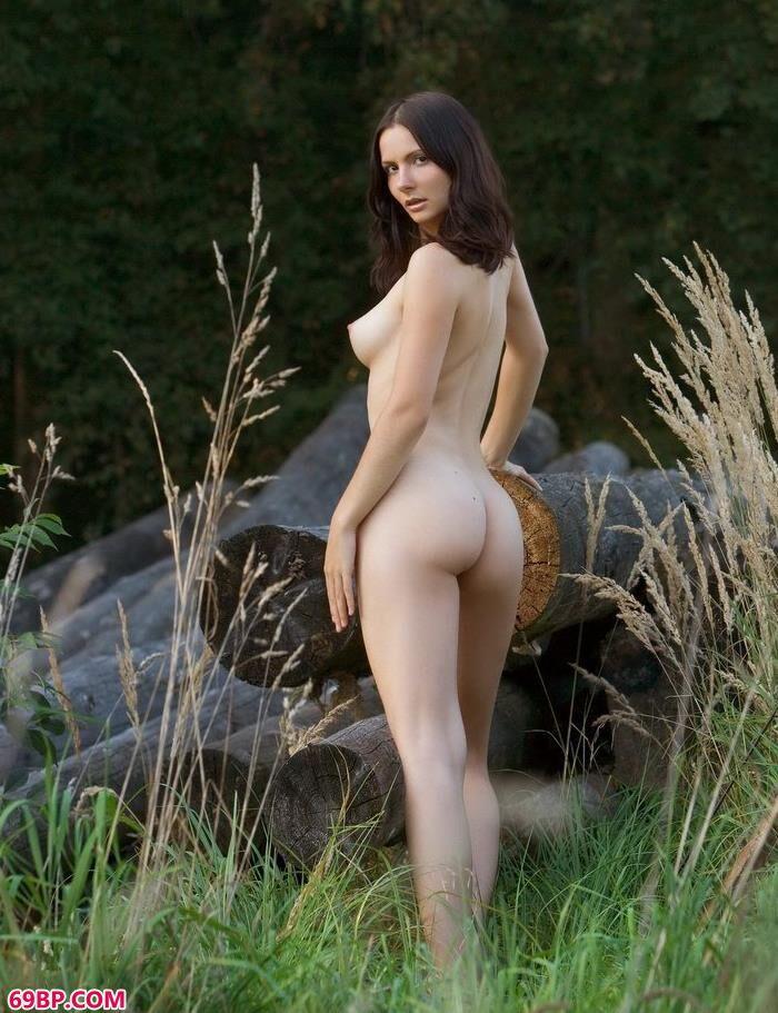 美模Sarah郊外拍木材人体