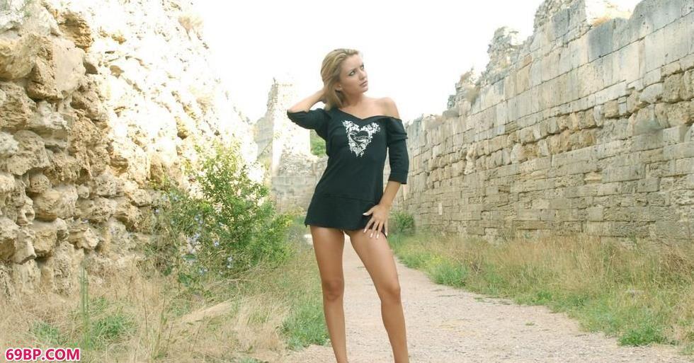 美模Klunia城墙下的性感人体