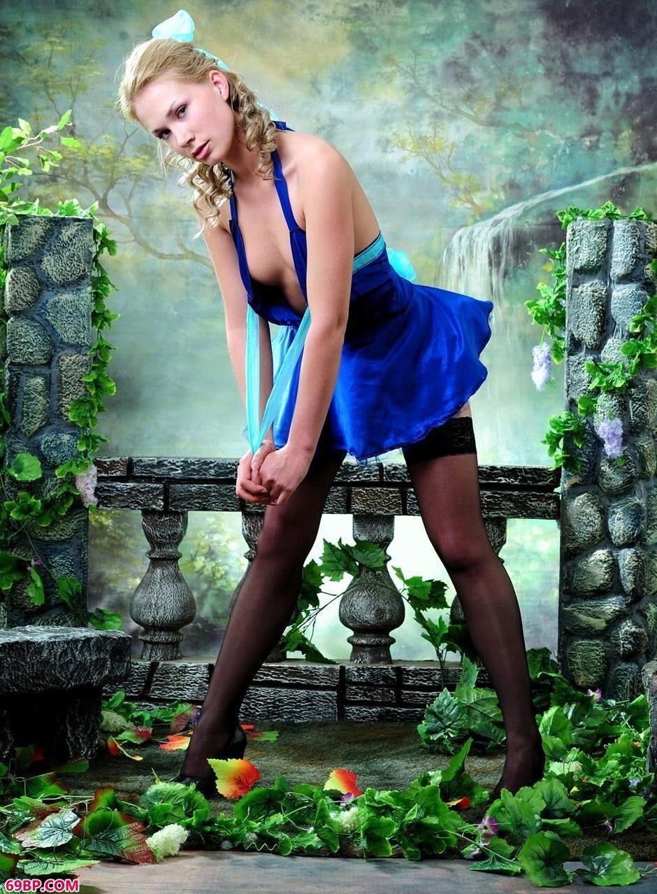 嫩模Cornelia室拍庭院背景的甜美人体