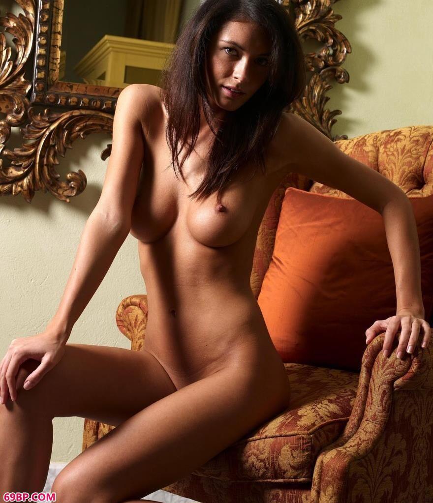 外国人体橘色的椅子1_gogo高清大胆全球专业图片