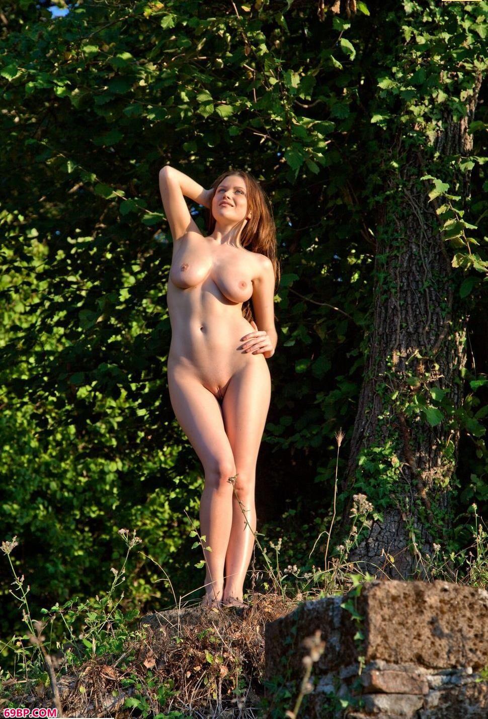 山丘上的人体嫩模Marjana_欧美40老熟妇