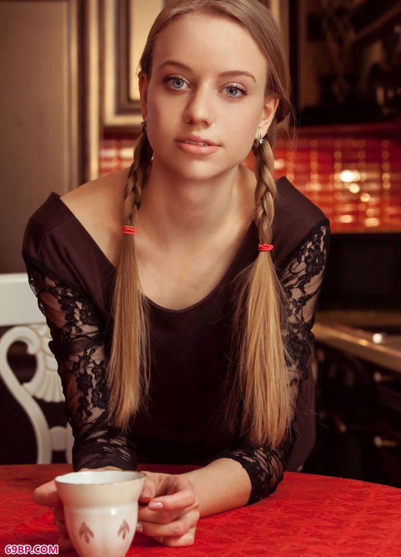 喝咖啡的波西米亚姑娘Kimberly_难得一见白嫩极品美�u