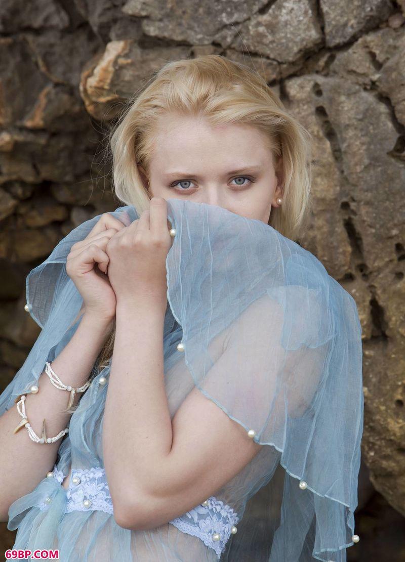 岩洞里的金发美模Nika