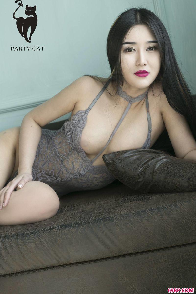 白嫩丰润裸模艺术写真